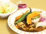 管理栄養学科の学生考案の「8種の野菜のチキンスープカレー」